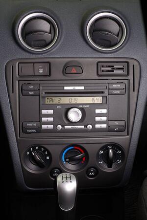 Panel de coche con instrumentos de control y radio CD FM est�reo  Foto de archivo