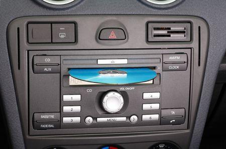 Radio est�reo de CD y FM de coche.