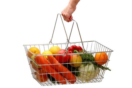 Cesta de la compra con verduras y frutas en su mano. Aisladas sobre fondo blanco. Foto de archivo - 9866149