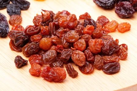 Heap small raisins on a cutting board photo