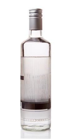 흰색 배경에 고립 된 보드카 한 병