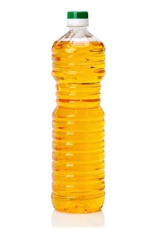 Botella de pl�stico con aceite aislada sobre fondo blanco Foto de archivo