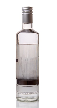 Botella de vodka aislada sobre fondo blanco