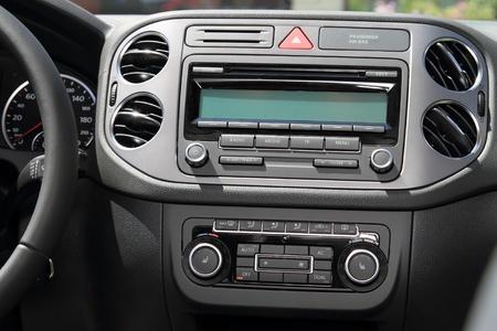 차량 계기판 콘솔 및 자동차 스테레오 라디오.