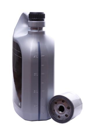 Filtro y una lata de jerry cinco litros de aceite para reemplazar el coche. Aisladas sobre fondo blanco Foto de archivo