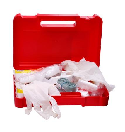 primeros auxilios: Kit de primeros auxilios del coche abierto aislado en un fondo blanco Foto de archivo