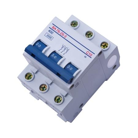 Disyuntor sobre un fondo blanco. El interruptor autom�tico utilizado en art�culos tales como un hierro residencial, calentador de agua caliente, un horno de cocina, o una secadora de ropa el�ctrica. El objeto aislado.