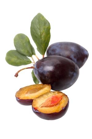 Prugne fresche - nero prugna. Isolato su sfondo bianco