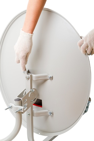 Instalaci�n de antena parab�lica aislado en un fondo blanco