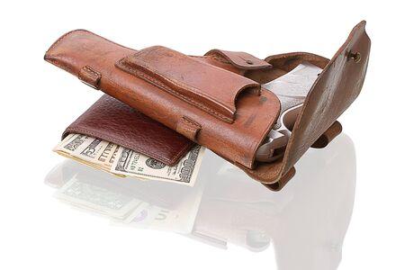 holster: Billetera de cuero con d�lares y funda con una pistola. Aislado sobre fondo blanco