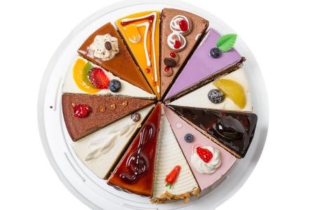 torta: Doce piezas diferentes de pastel aislado en blanco Vista superior de fondo close-up