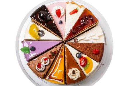 Verschiedene Stücke des Kuchens auf weißem Hintergrund Draufsicht close-up isoliert