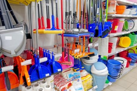 Huishoudelijke goederen voor het huis schoonmaken aan de balie in een supermarkt in de winkel Stockfoto