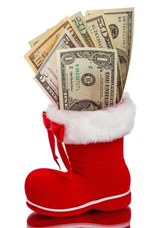 Rode die Kerstmislaars met dollars op witte achtergrond wordt geïsoleerd