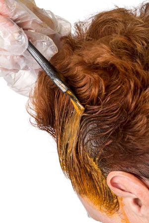 tinte de cabello: La aplicaci�n de cepillo de tinte de cabello en la cabeza de una mujer