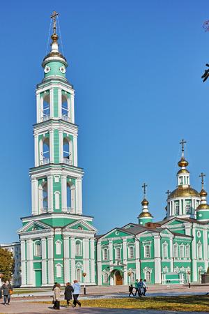cna: Tambov, Rusia - 07 de octubre 2014: Restaurado Spaso-Preobrazhensky Catedral y el campanario en la ciudad de Tambov. El templo fue fundado junto con la fuerza de 17 de abril 1636 en un alto banco, formado por la confluencia de la CNA y Studentsov. Editorial