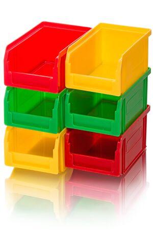 envases plasticos: Seis recipientes de plástico en tres colores con la reflexión. Aislado en el fondo blanco