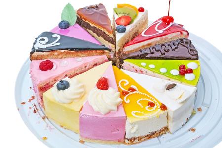trozo de pastel: Piezas originales de pastel aisladas sobre fondo blanco. La calidad de formato medio