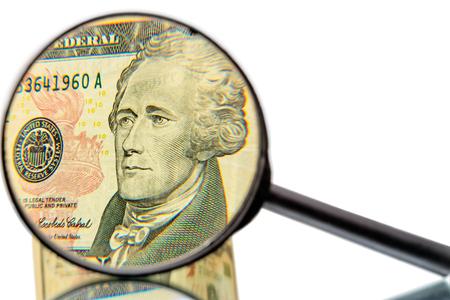 alexander hamilton: Alexander Hamilton davanti al dieci banconota del dollaro aumentato lente di ingrandimento