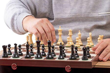 tablero de ajedrez: El hombre hace el primer movimiento en el tablero de ajedrez Foto de archivo
