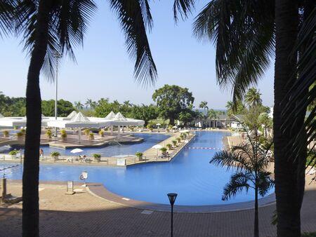 clima tropical: El clima tropical y una piscina con agua azul