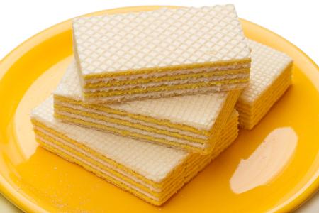 Gaufres croustillantes sur une plaque jaune. isolé sur fond blanc Banque d'images - 82313139
