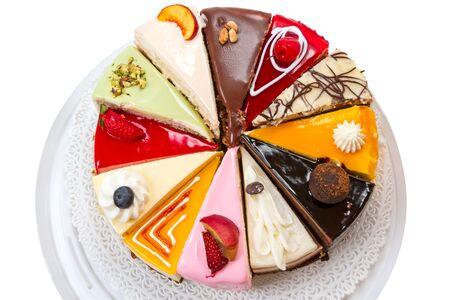 Zwölf verschiedene Kuchenstücke auf einer Serviette. Isoliert auf weißem Hintergrund