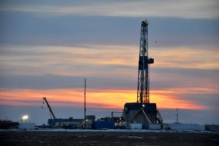 The drilling rig during sunset Banque d'images