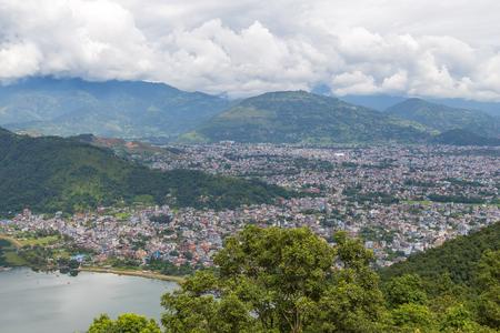 Uitzicht op de Pokhara-stad, Nepal en Phewa-meer. Pokhara is het startpunt voor de meeste tochten in het Annapurna-gebied.