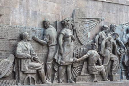 Mosca, Russia- 23 settembre 2014: Sculture sul monumento ai conquistatori dello spazio, situato all'esterno dell'ingresso principale all'odierna mostra dei successi dell'economia nazionale. Editoriali