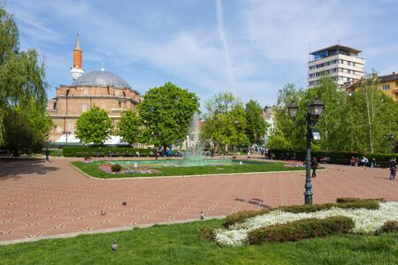 Sofia, Bulgaria- 30 April 2015: View of the Banya Bashi Mosque, the only operating mosque in the city and one of the oldest mosques in Europe. 스톡 콘텐츠 - 132990575