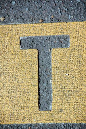 la lettera T in strada