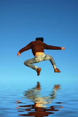 uomo giovane salto nella roccia