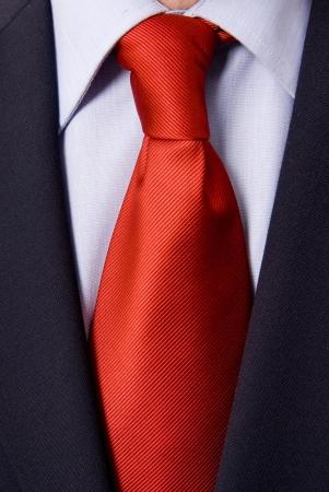 dettaglio di un uomo vestito di affari con cravatta rossa