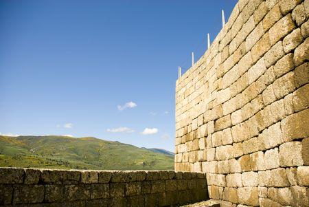 Fortificazione muro di pietra con torre