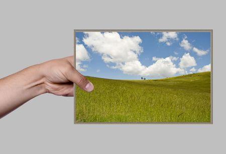 mano in possesso di foto su sfondo bianco
