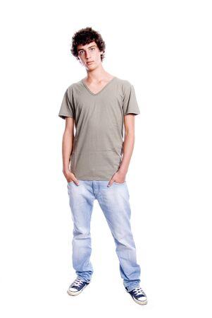 Giovane uomo in piedi con le mani in tasca