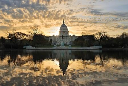 Collina Capitol costruzione al mattino con nuvole colorate, Washington DC.