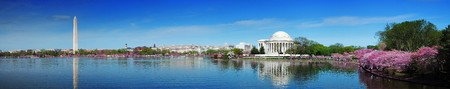 Washington DC panorama with Washington monument and Thomas Jefferson memorial with cherry blossom.  新聞圖片