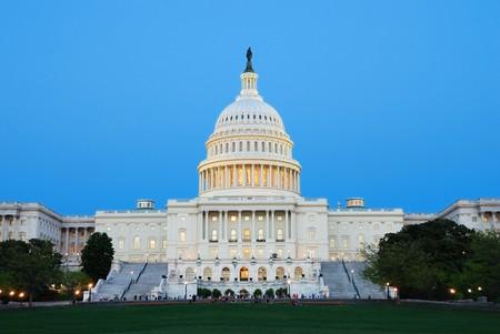 Capitol Hill Building in de schemering met licht en blauwe hemel, Washington DC.