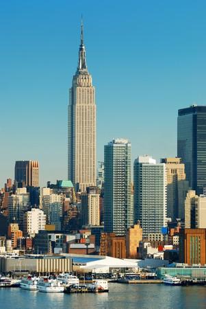 imperium: New York City skyline over rivier de Hudson met boot en wolkenkrabber met empire state building.  Stockfoto
