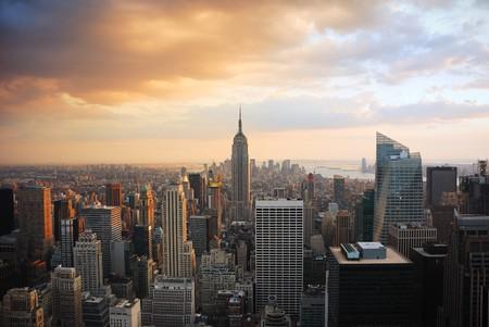 imperium: New York City Manhattan skyline bij zons ondergang met empire state building