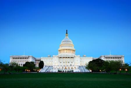 Capitol Hill construction au crépuscule avec ciel clair et bleu, Washington DC.  Banque d'images
