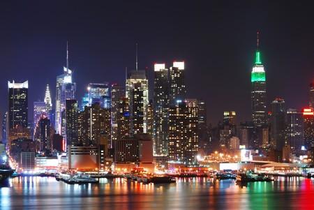 new york times square: Edificio Empire State, Nueva York con Manhattan Skyline en el panorama de la noche sobre el r�o Hudson con la reflexi�n.