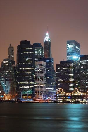 夜にハドソン川ニューヨーク市マンハッタンのスカイライン。