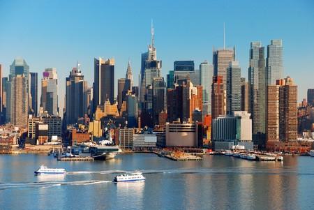 new york time: Horizonte de la ciudad de Nueva York, sobre el r�o Hudson, con el barco y rascacielos.
