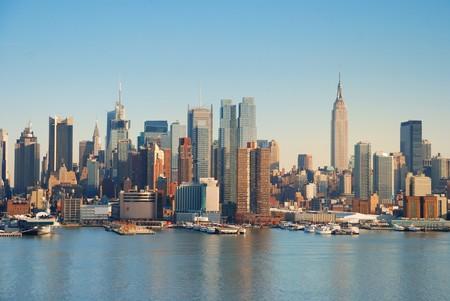 맨해튼 허드슨 강 보트와 고층 빌딩을 통해 스카이 라인.