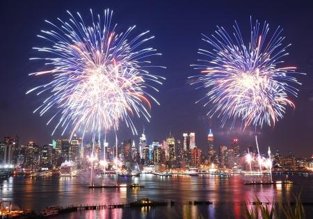 panorama city panorama: Julio de Manhattan de Nueva York cuarto d�a de la independencia, fuegos artificiales se muestran con el horizonte sobre el r�o Hudson visto desde Nueva Jersey  Foto de archivo