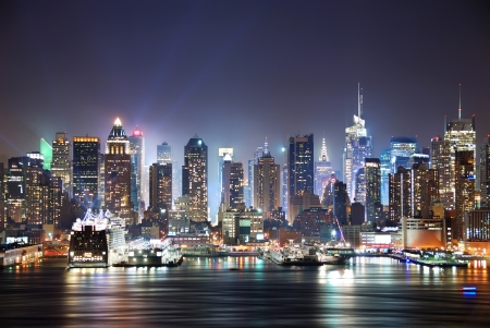 New York City Manhattan skyline panorama at night over Hudson River with refelctions viewed from New Jersey Banque d'images
