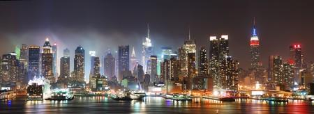 뉴저지에서 볼 refelctions와 허드슨 강 밤에 뉴욕시 맨하탄 스카이 라인 파노라마 스톡 콘텐츠
